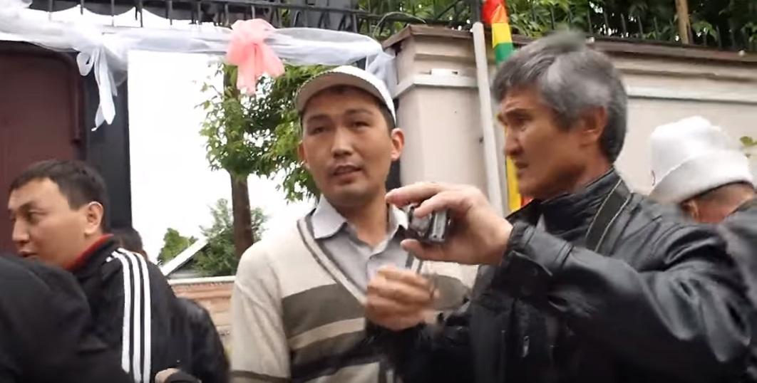 Алмаз Жазыбаев (в центре). Скриншот из видео.