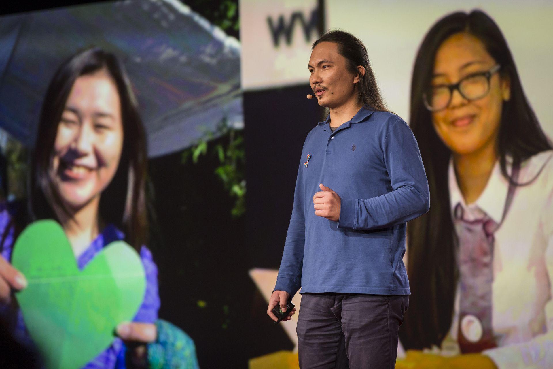 Нуржамал Джанибекова (слева) и Айзирек Алмазбекова на гигантском экране на сцене TED, в то время, когда основатель портала Kloop.kg Бектур Искендер рассказывает о них. Фото: Райан Лэш / TED