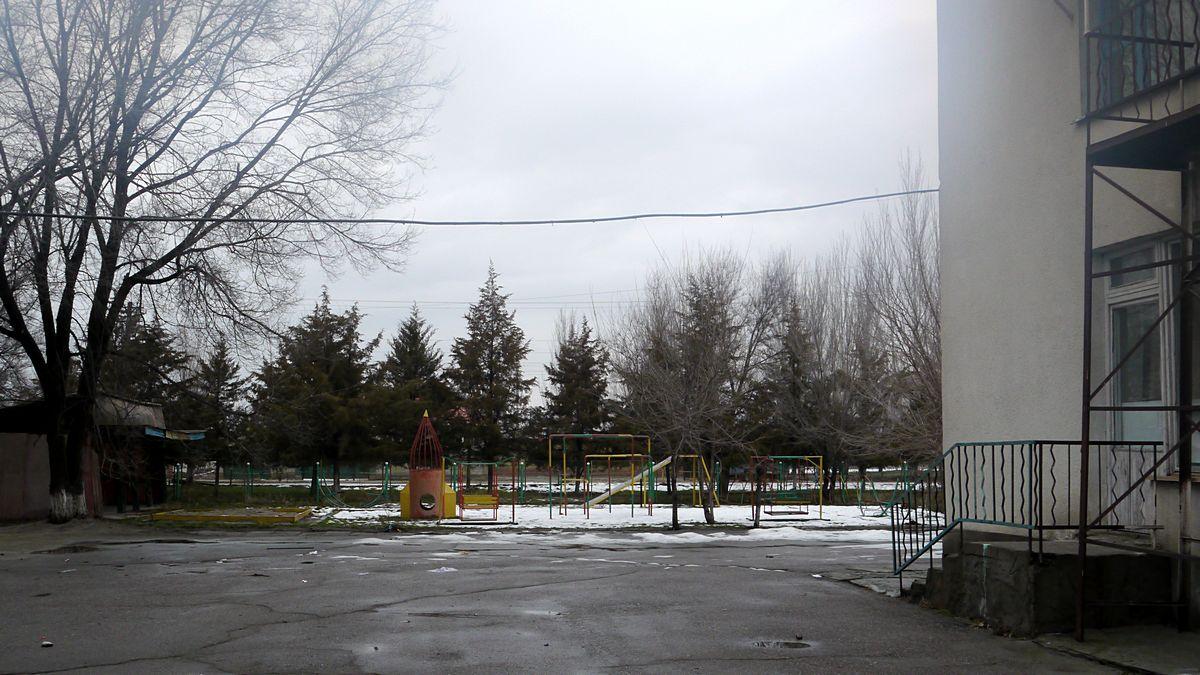 Детский сад возле цеха.