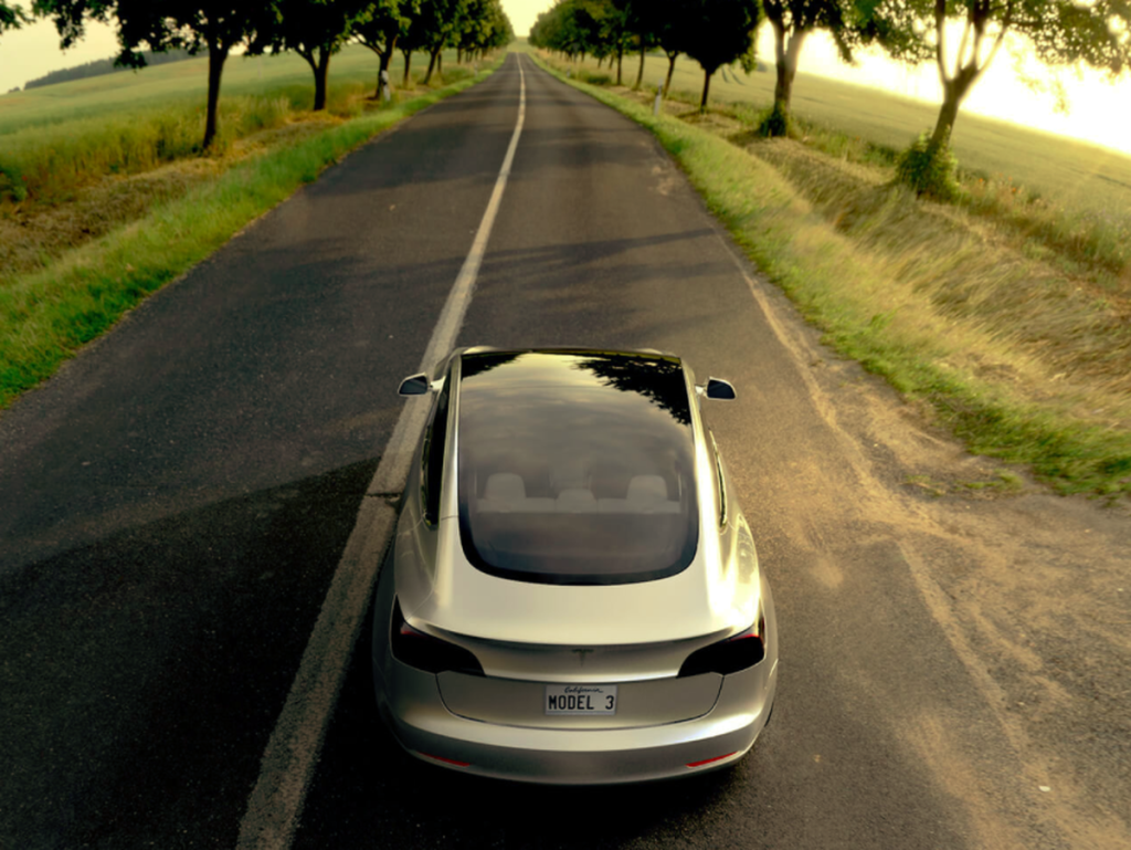 Вместо крыши у Model 3 — панорамное стекло