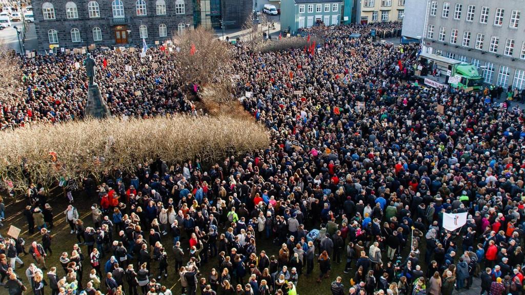 Тот самый снимок с митинга в Исландии