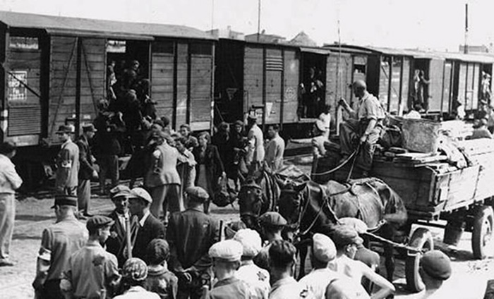 Один из редких снимков переселения крымских татар в 1944 году