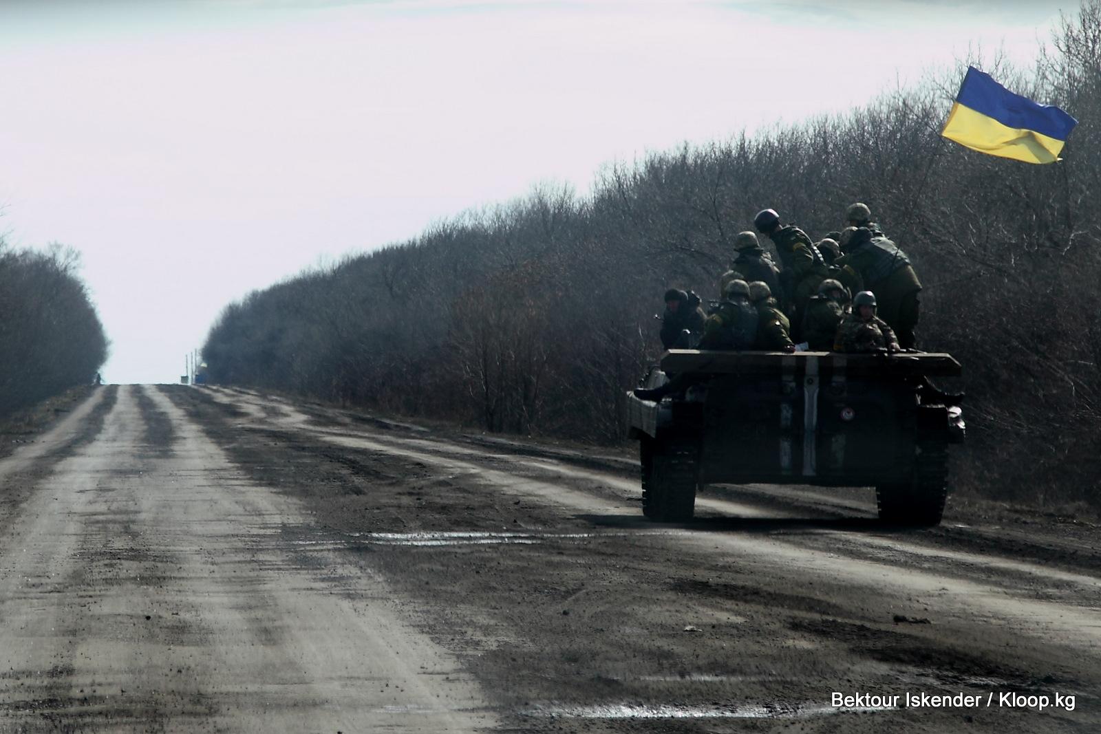 Украинский БТР направляется в сторону линии фронта недалеко от города Светлодарск Донецкой области. Фото: Бектур Искендер / Kloop.kg
