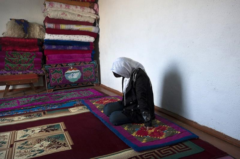 18-летняя Айтилек в доме своего похитителя - он украл ее на следующий день после знакомства в Бишкеке. Фото: Noriko Hayashi/Panos / LUZ