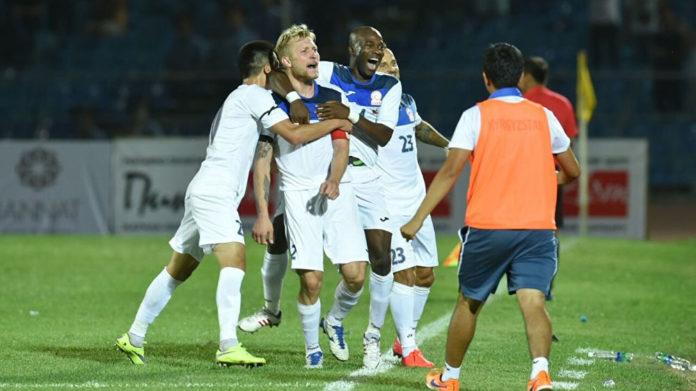 Сборная Кыргызстана по футболу празднует гол в ворота сборной Казахстана