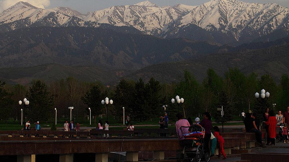 Ну, и как же без гор. Парк, белоснежные вершины и оглядывающиеся друг на друга холмы — такое же только в Бишкеке бывает, не правда?