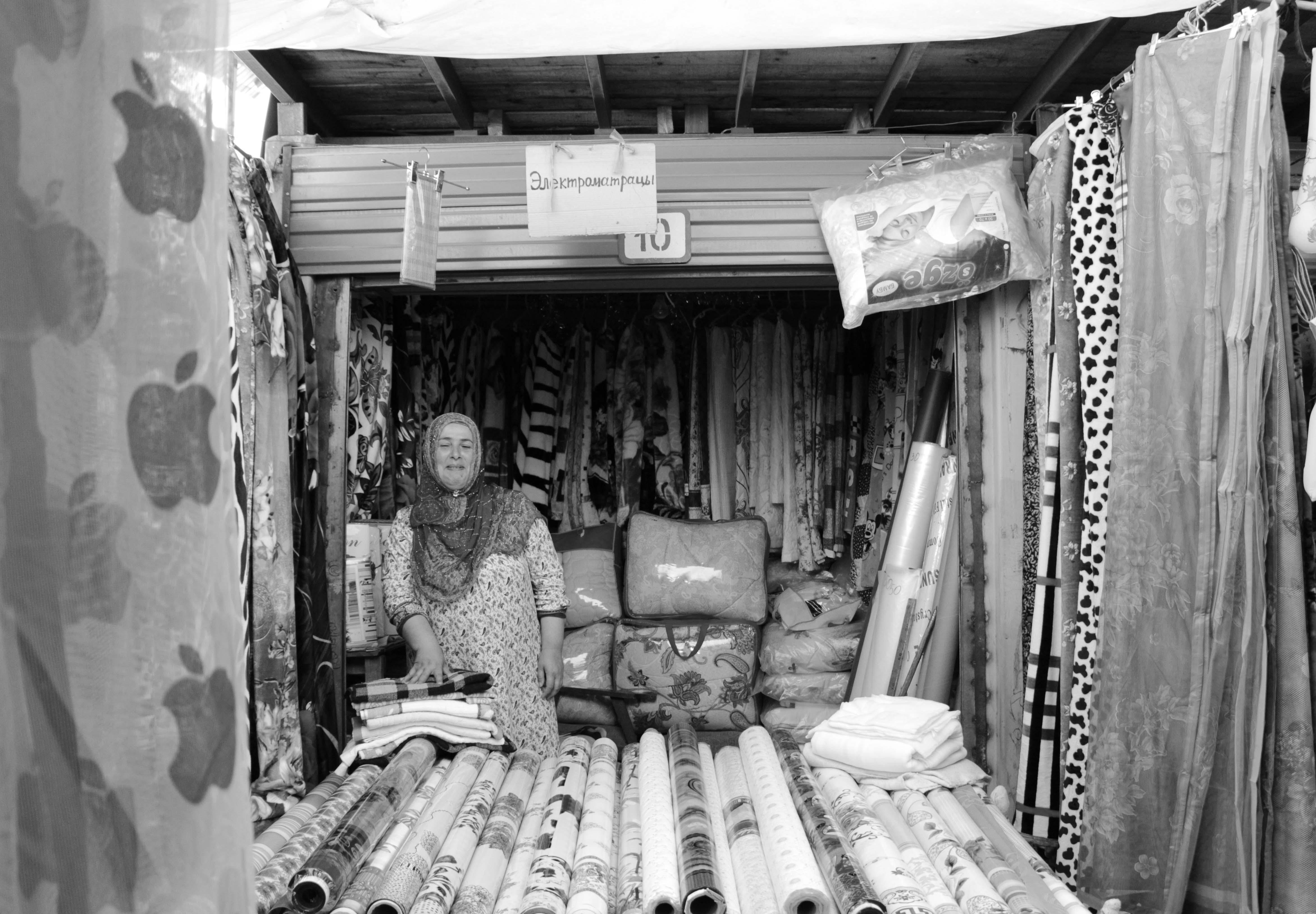 Беженка из Душанбе уже много лет торгует на вещевом рынке Кара-Балты