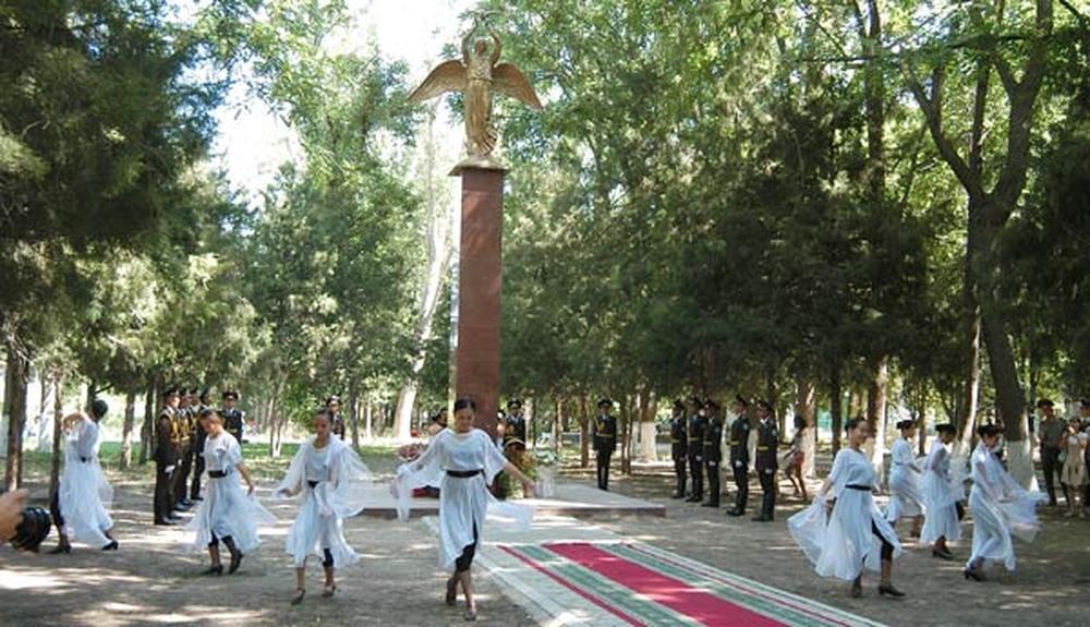 Возвращаемся к памятникам. На снимке изображён «Добрый ангел мира», но вопрос в том, какой это город.