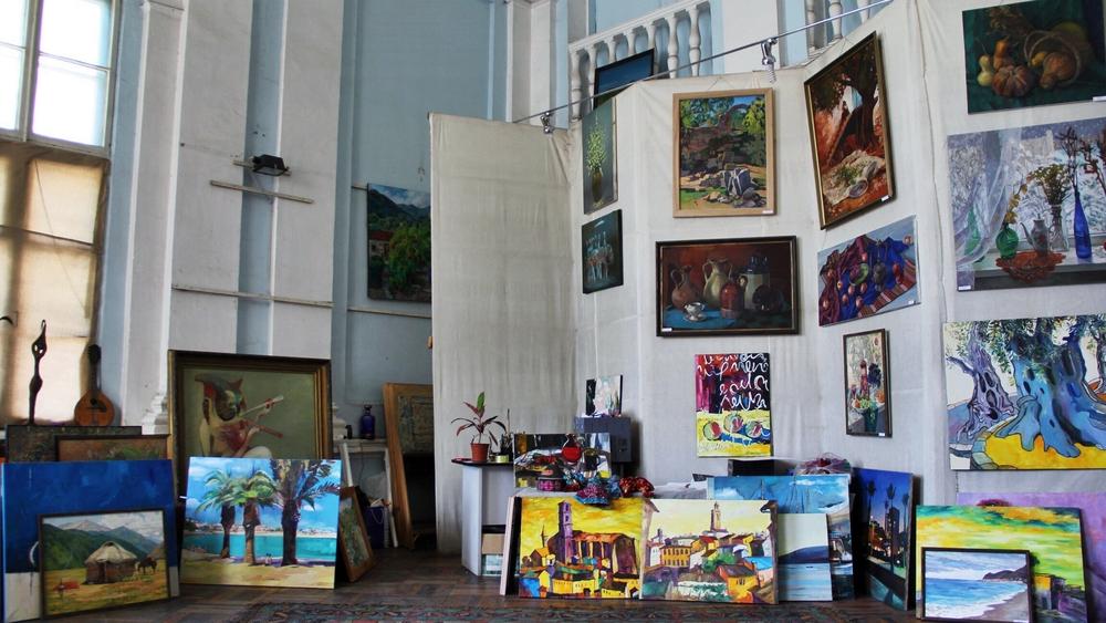 Теперь о высоком. В Бишкеке есть несколько галерей и выставочных центров, но где находится вот эта?