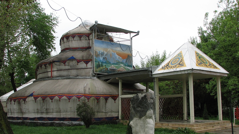Это вопрос непростой, но мы вам дадим подсказку. Странная трехэтажная юрта находится в Кыргызстане, а вот где именно — гадайте сами.