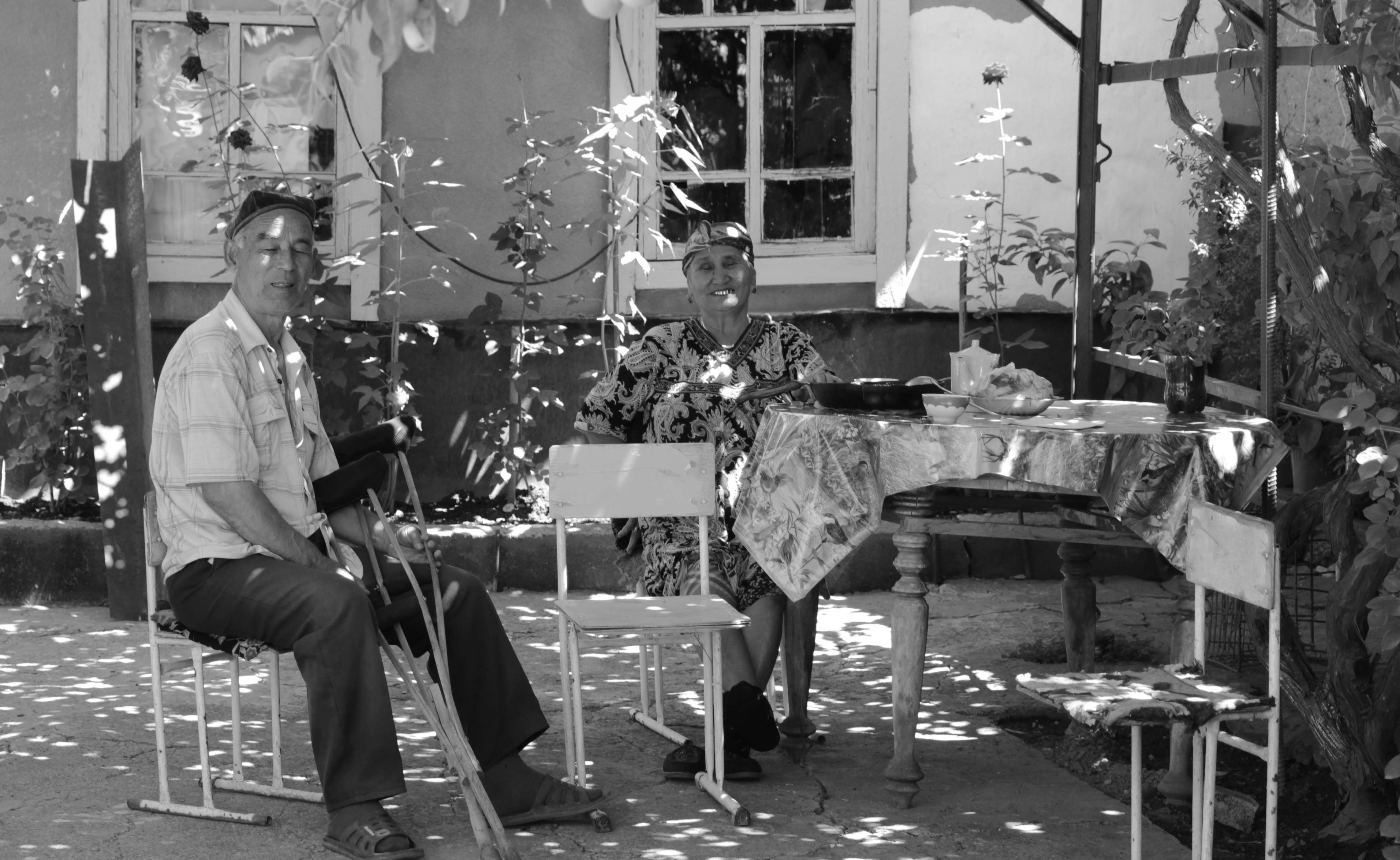 Пожилая узбекская пара в своем уютном  дворике на  улице Узбекской