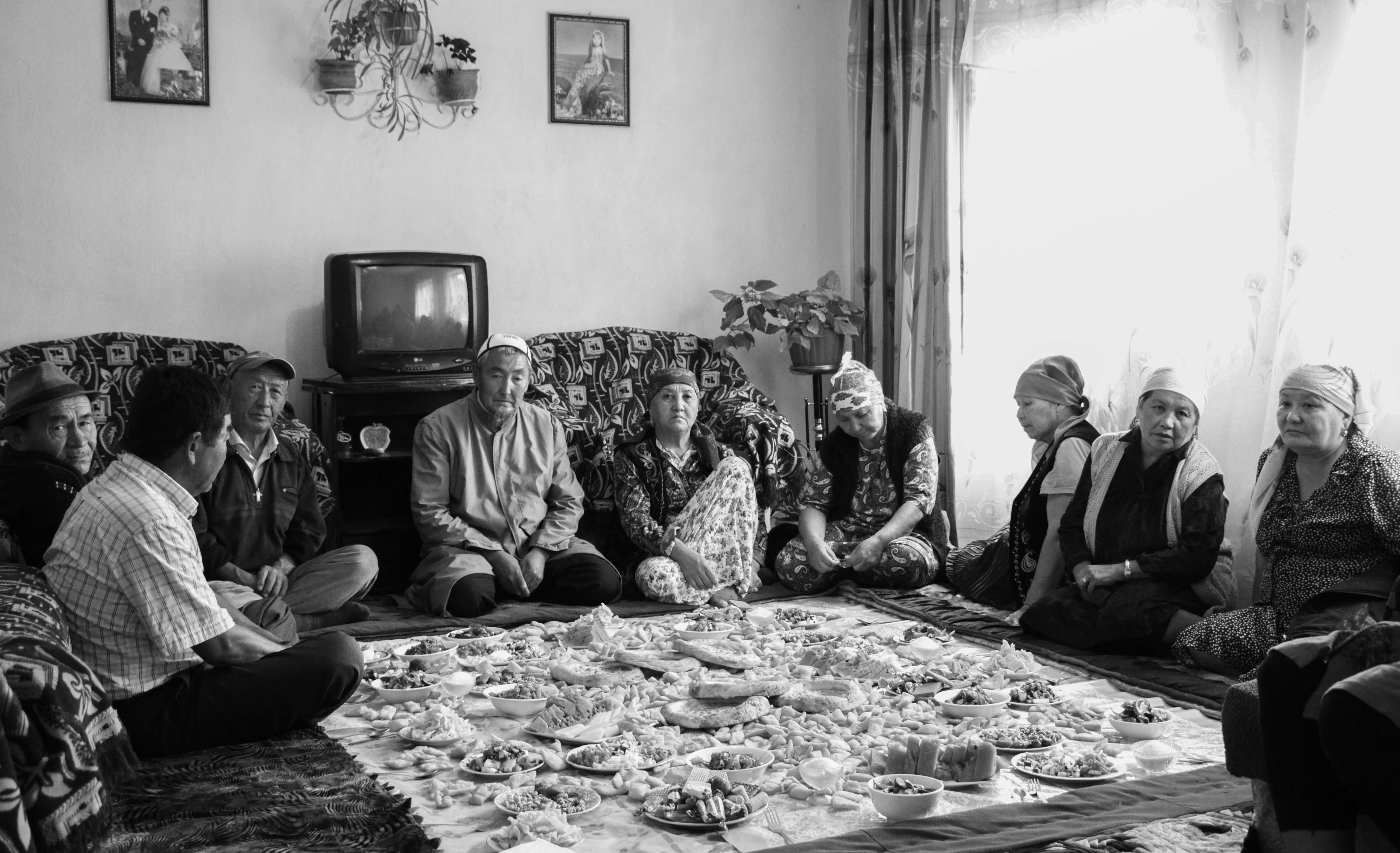 Родственники и односельчане собрались за поминальным дастарханом