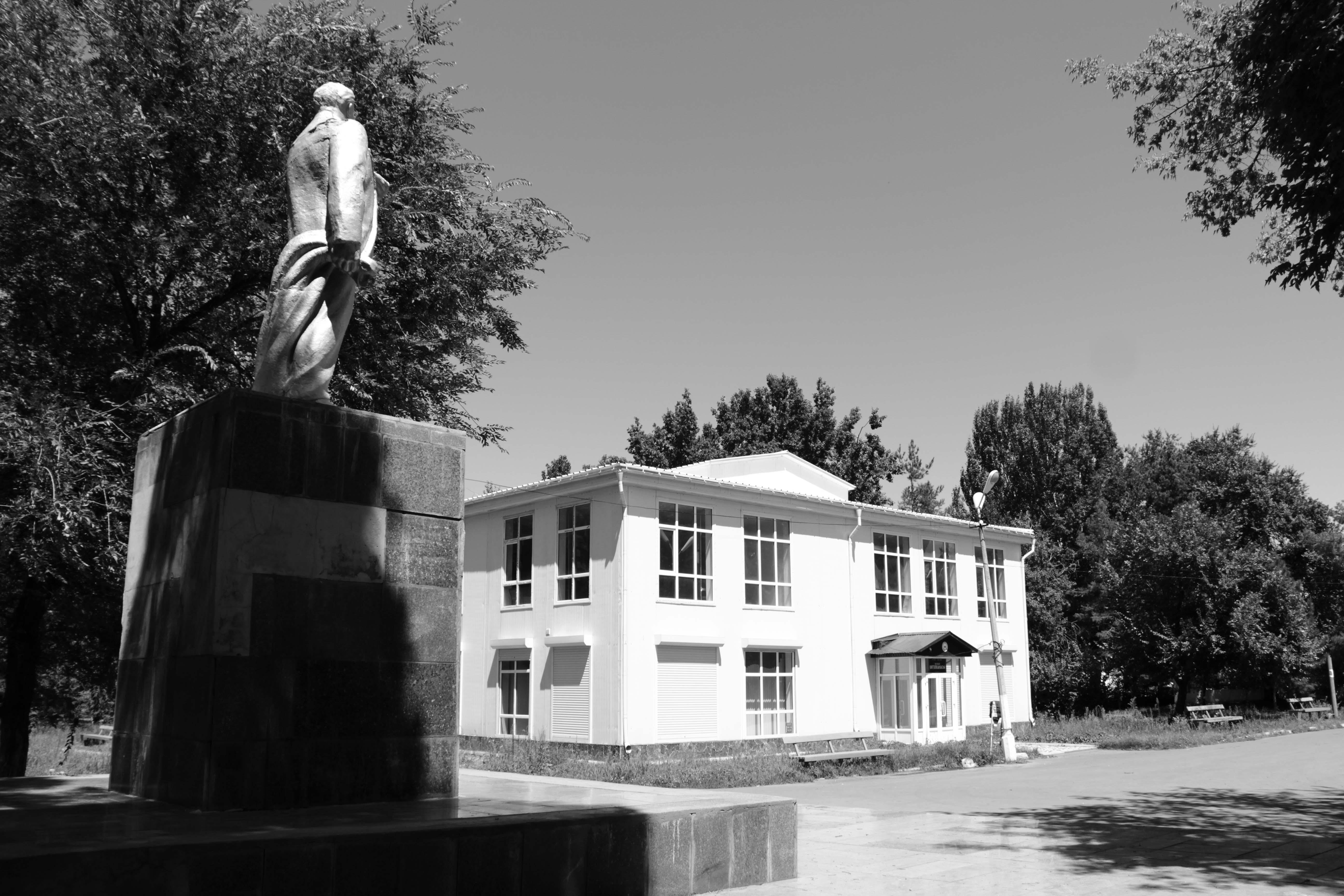 Современное здание Музея (на втором этаже) и детской библиотеки (на первом этаже)в парке Кара-Балты рядом с советским памятником В.Ленину