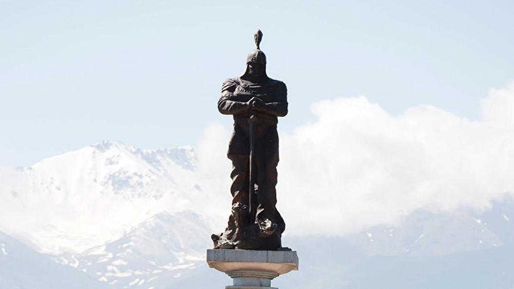 В Бишкеке расположено немало памятников. Этот тоже возвышается в столице?