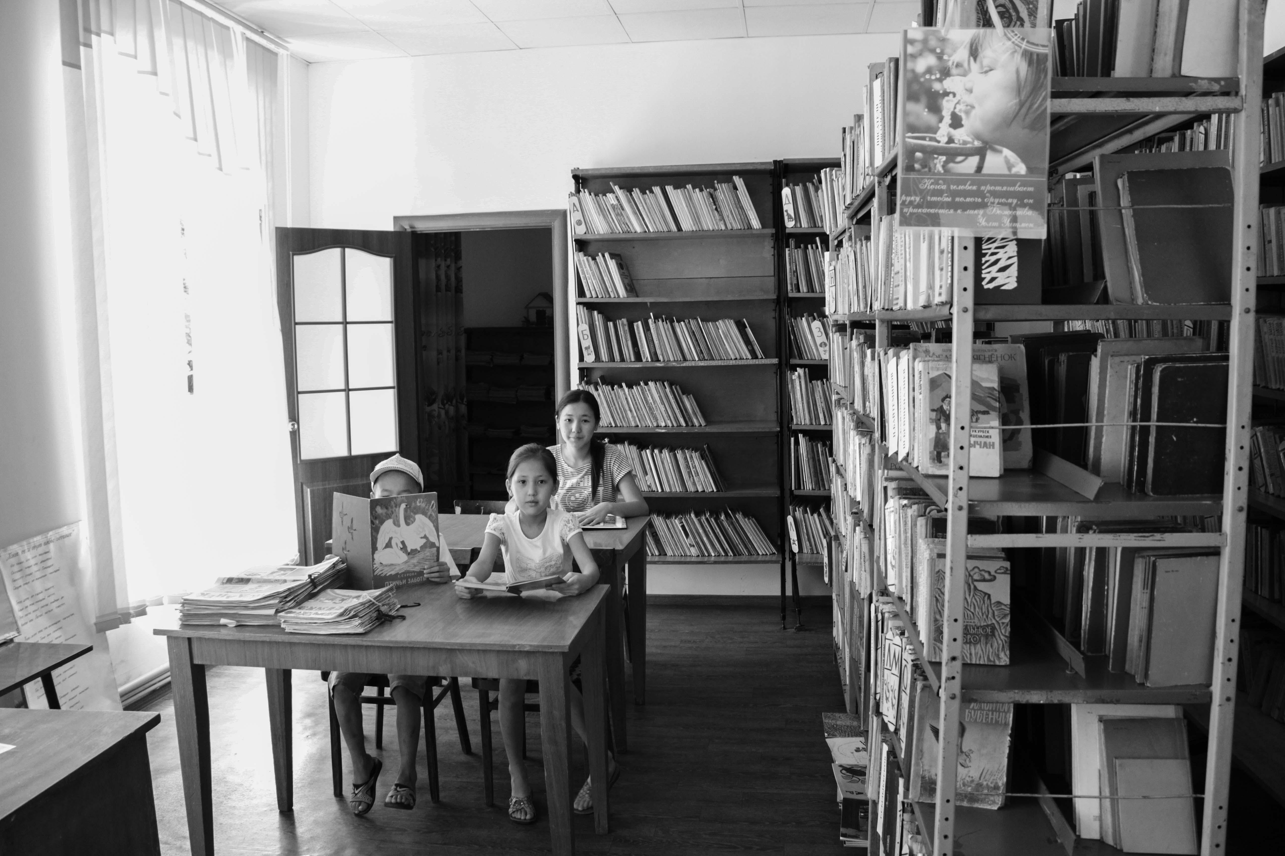 В детской библиотеке. На летних каникулах  школьники с удовольствием посещают читальный зал