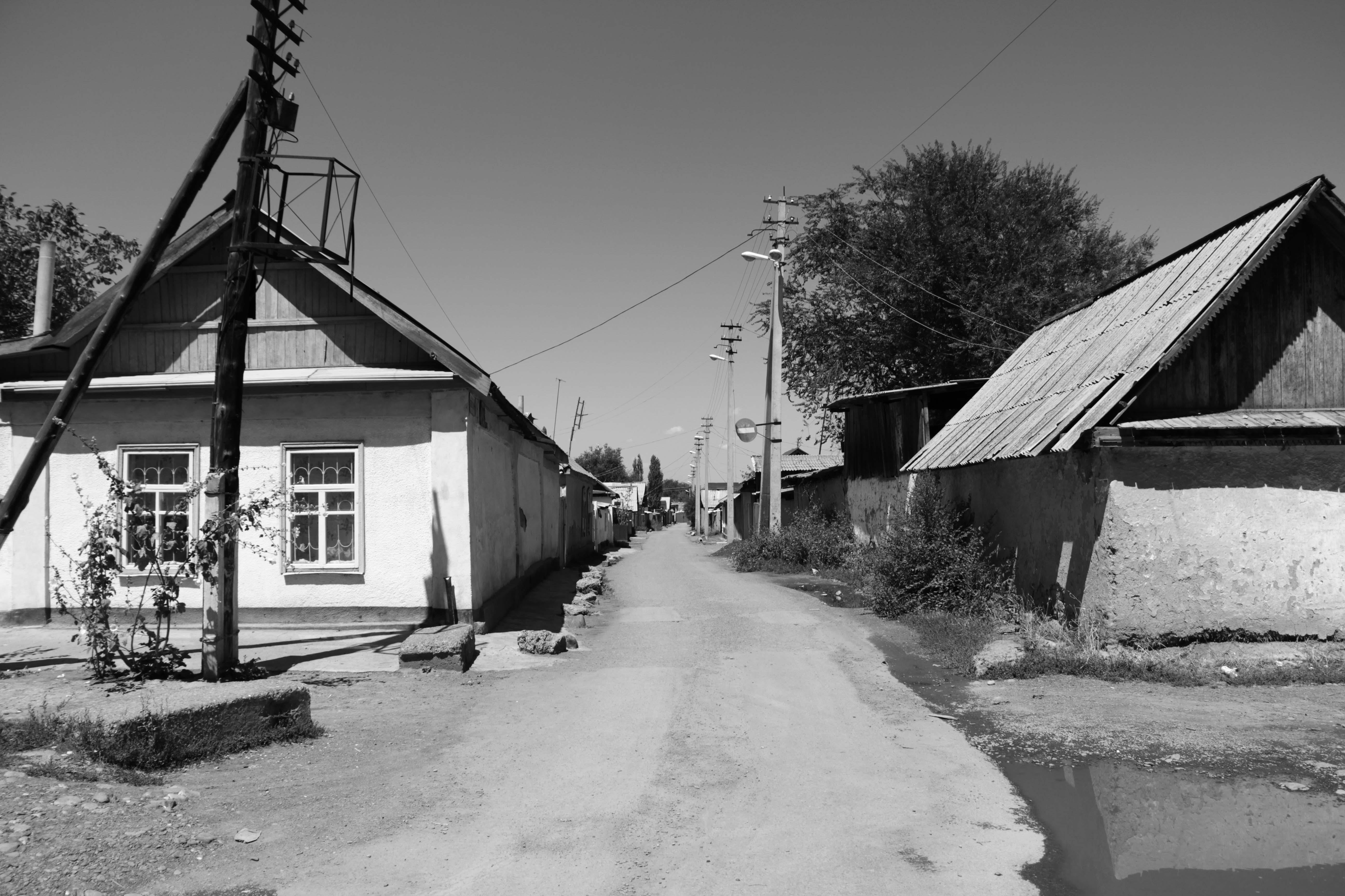 Вид  старой узбекской махали в  центре Кара-Балты рядом с базаром
