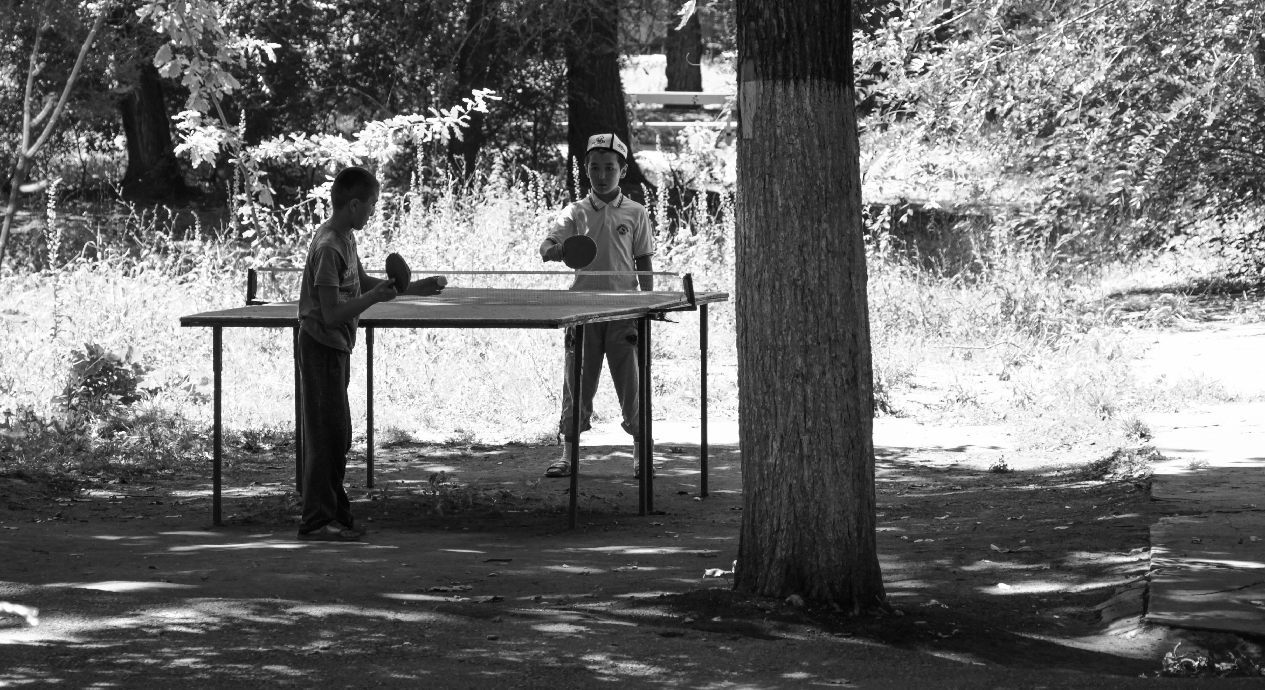 Юные кара-балтинцы во время школьных каникул проводят свой досуг в парке города