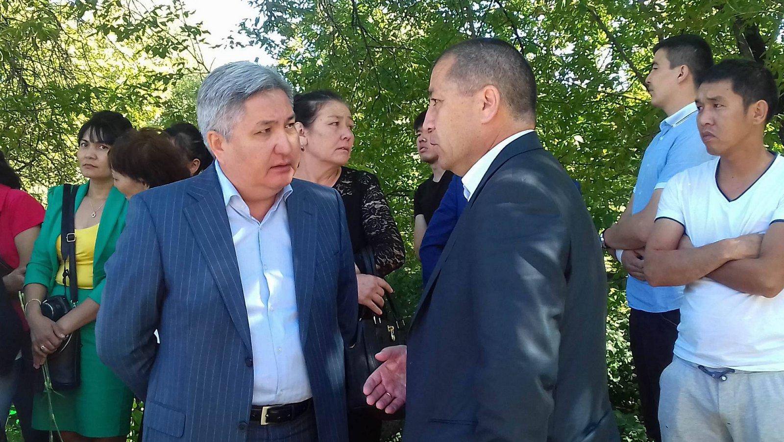 Посол Болот Отунбаев (слева) терпеливо отвечал на вопросы участников акции скорби.