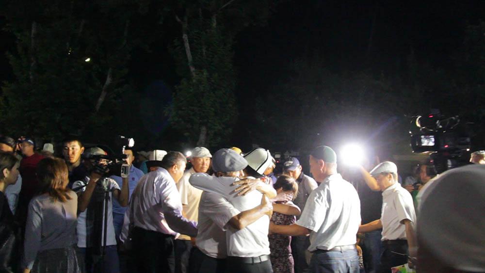 Родственники выходят из аэропорта Оша после того, как погибших поместили в автомобили
