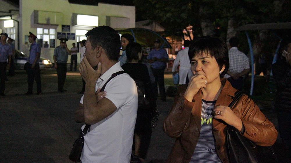 Родственники встречают самолёт с телами погибших девушек.