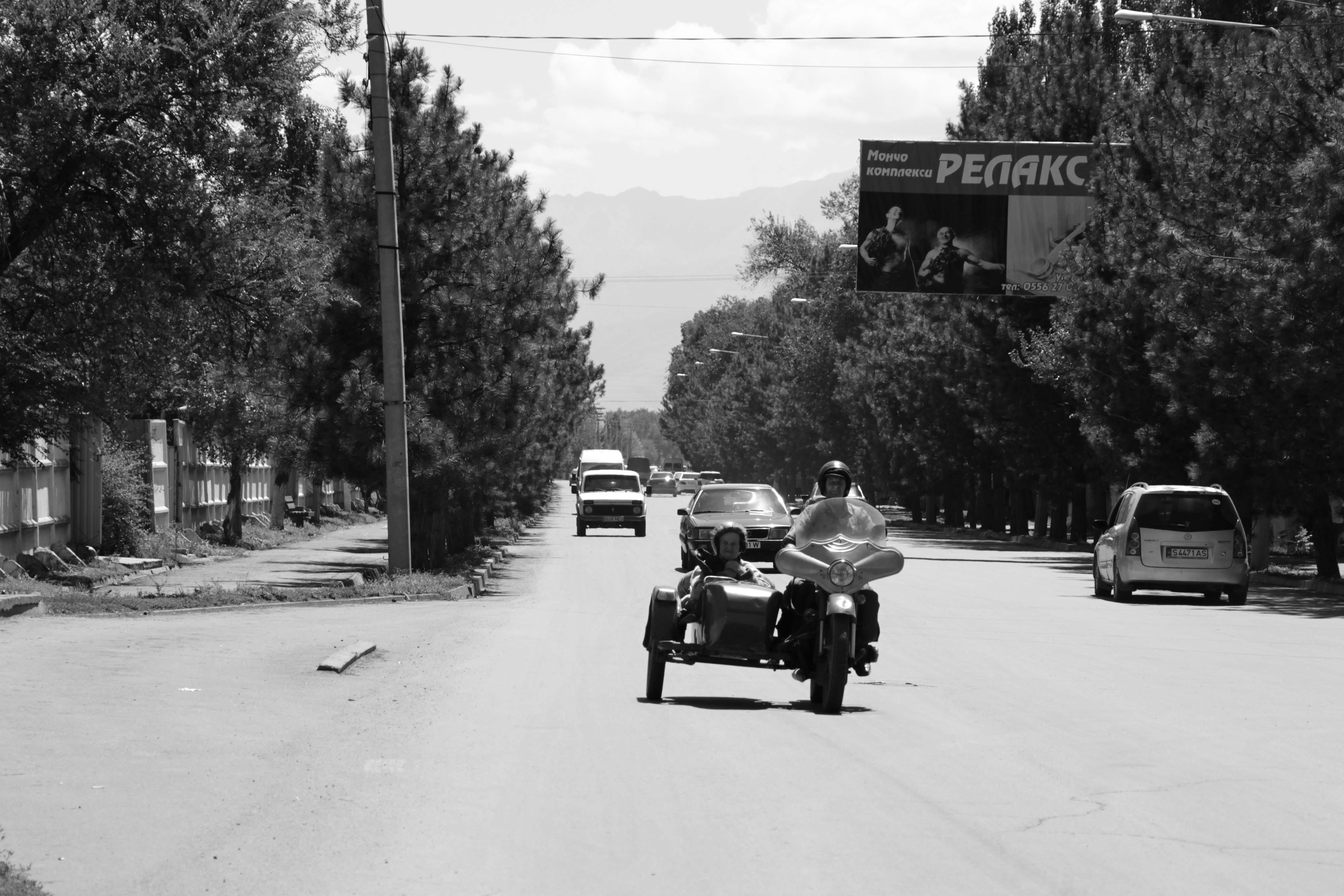 на улицах Кара-Балты можно еще встретить советские мотоциклы с люлькой