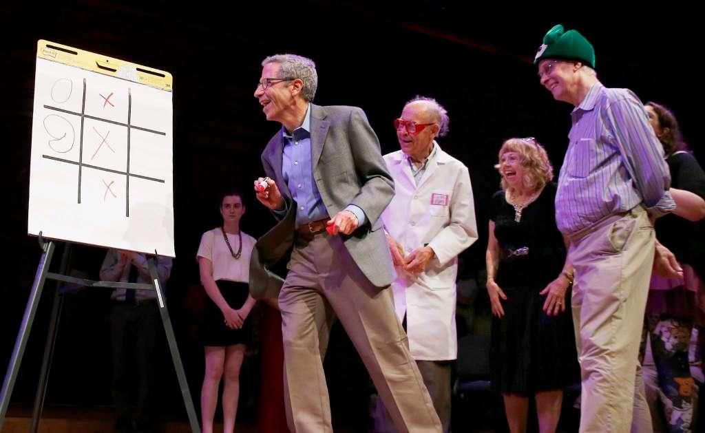 Нобелевские лауреаты Рич Робертс, Дадли Хершбах и Эрик Маскин играют в «крестики — нолики» на Шнобелевской премии 2016. Фото: Майкл Дваер