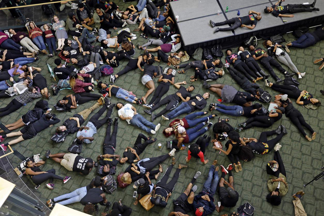 Лежачая акция протеста. Фото: Gerry Broome/Associated Press