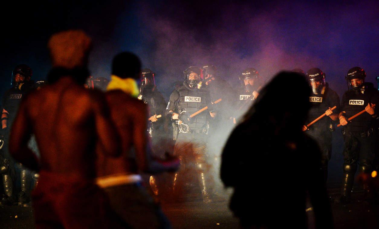 Полицейские и протестующие. Фото: Jeff Siner/The Charlotte Observer, via Associated Press