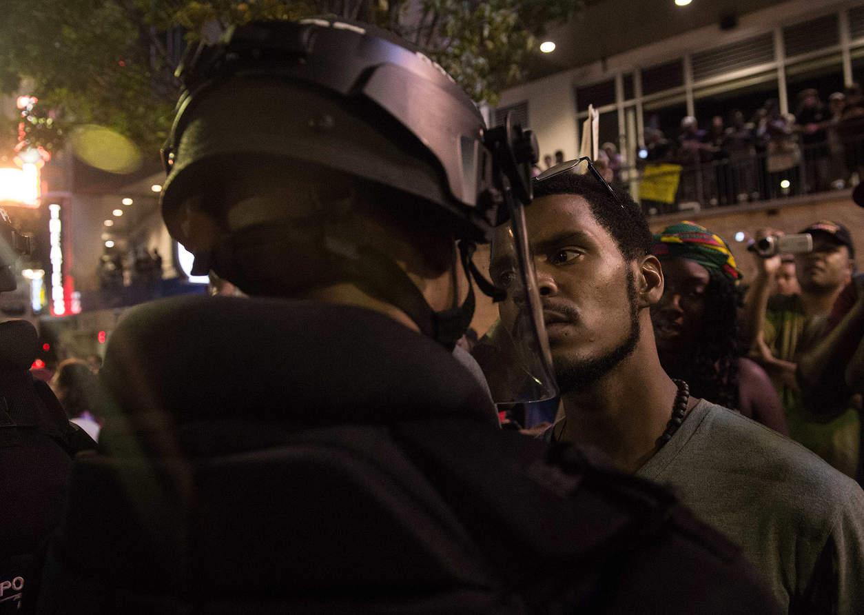 Столкновение участников  протеста с полицией. Фото: Nicholas Kamm Agence France-Presse
