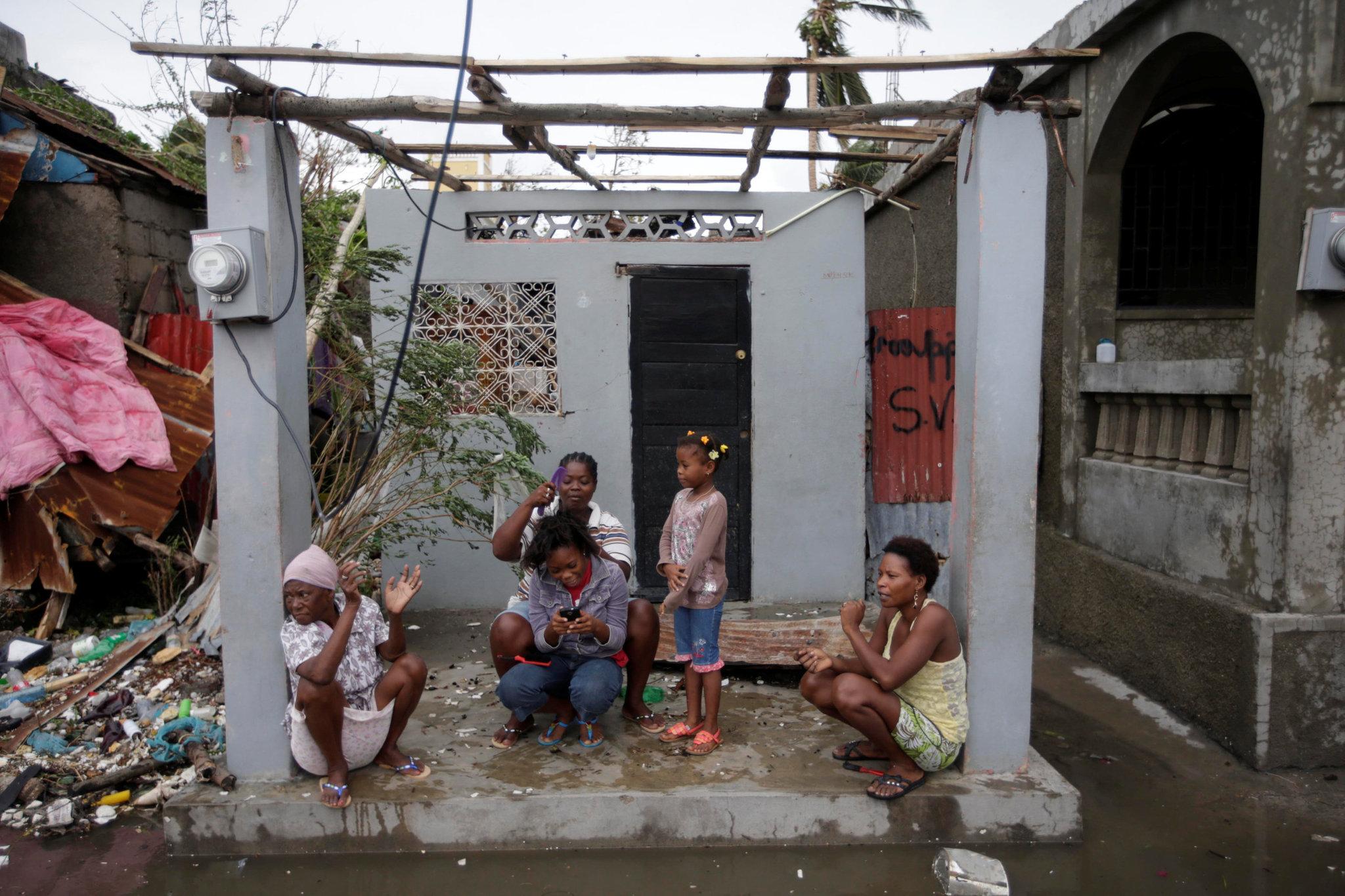 Семья на развалинах дома. Фото: Reuters