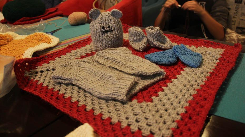 Волонтеры связали комплекты одежды для недоношенных детей и обучили вязке новичков.