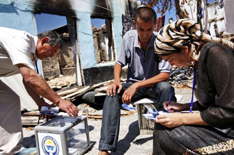 Жители юга Кыргызстана используют переносные урны во время референдума 2010 года.