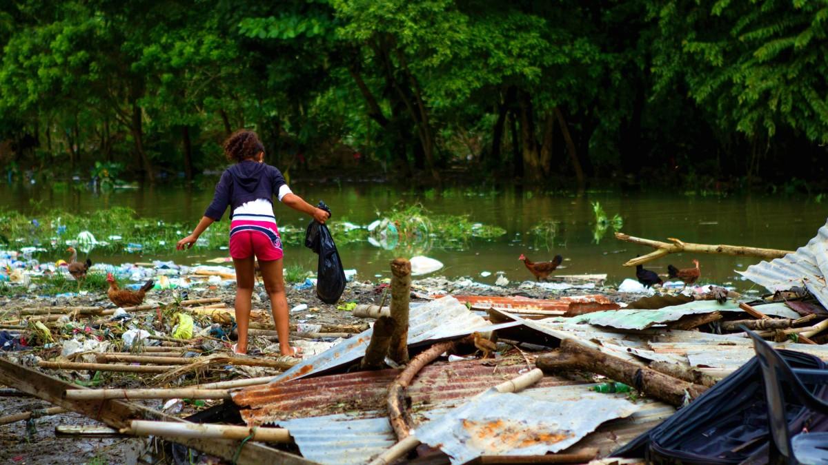 Девочка на развалинах. Фото: The Week