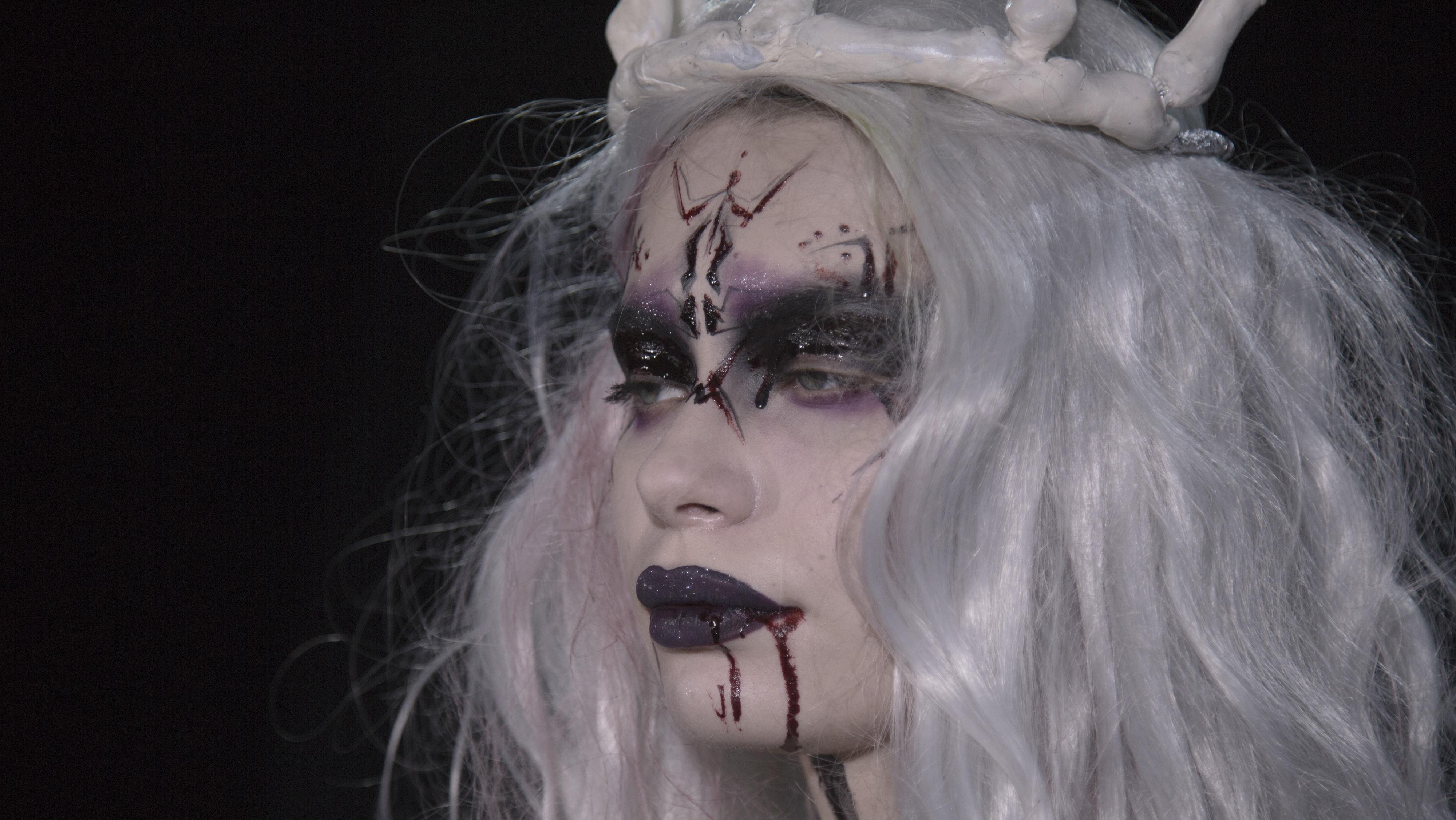 Гример Влад Варганкин создал авторский образ вампира.