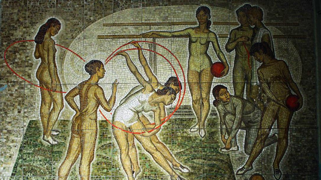 Какое здание украшает панно «Гимнастки»?