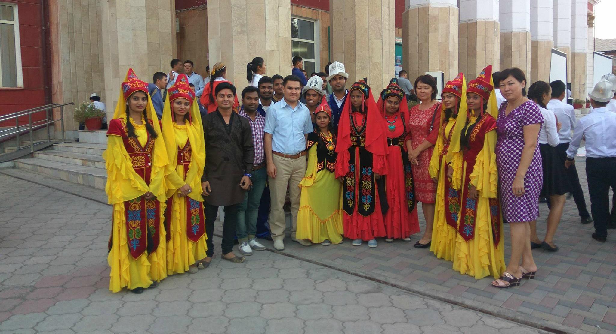 На фото экс-декан медфака ОшГУ Роман Калматов со своими студентами.