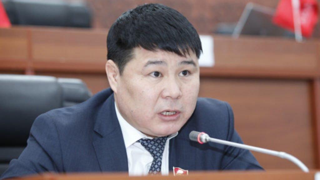 Тазабек Икрамов на заседании парламента рассказал об «избиении» ребенка преподавателем школы №61.