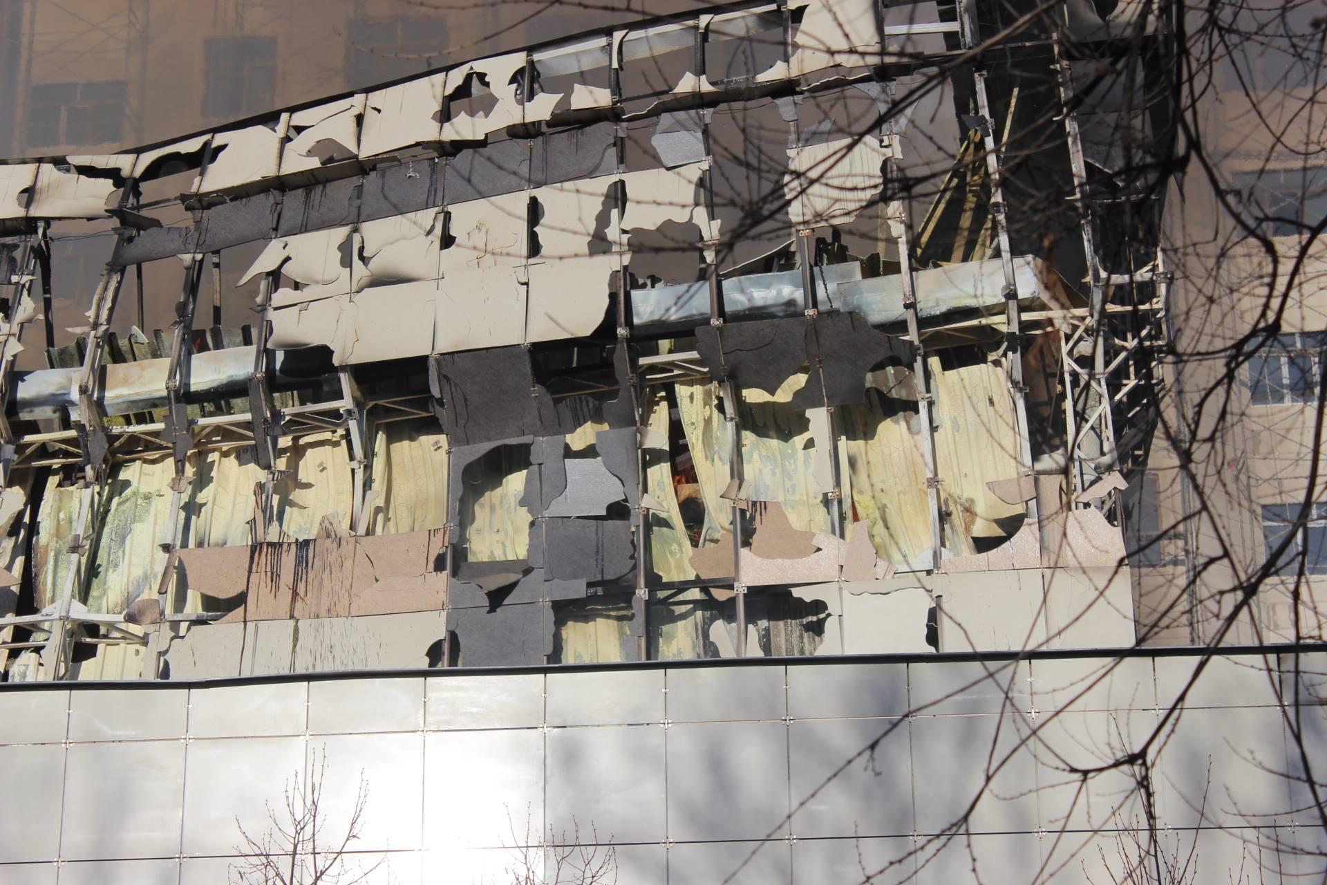 Стены пострадавшего здания.