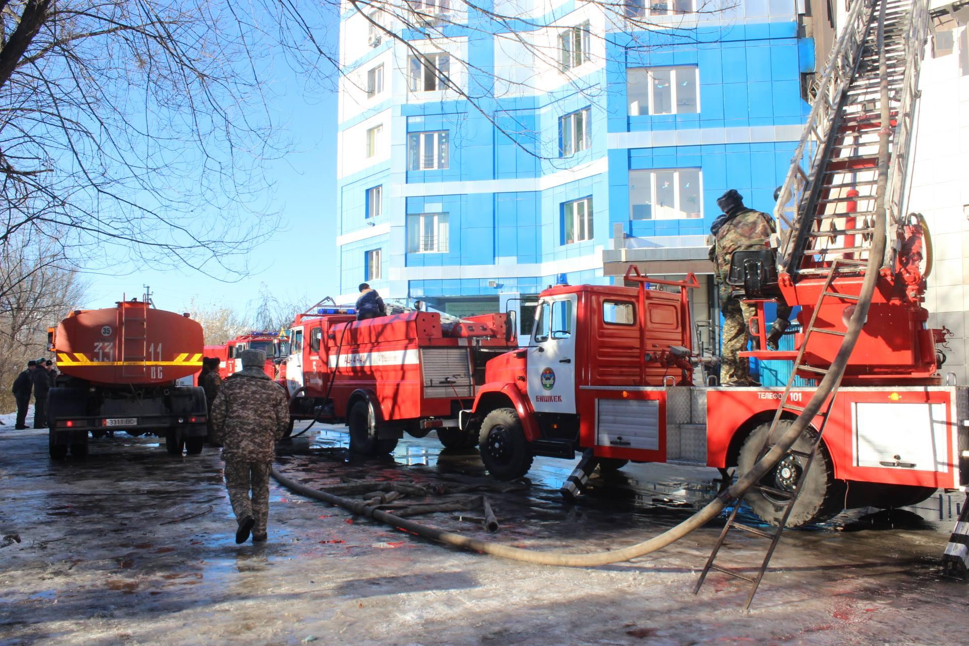 С огнем борются пожарные, силы МЧС и водосборы.