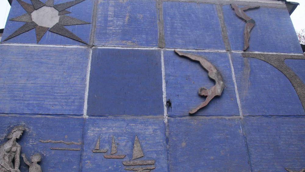 Авторы множества мозаик и барельефов в микрорайонах так и остались инкогнито.