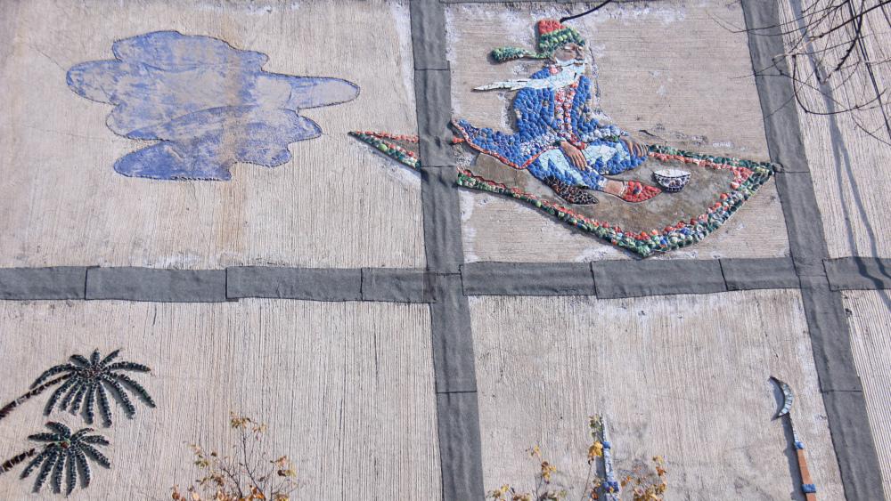 Хоттабыч пролетает по стене жилого дома в пятом микрорайоне.