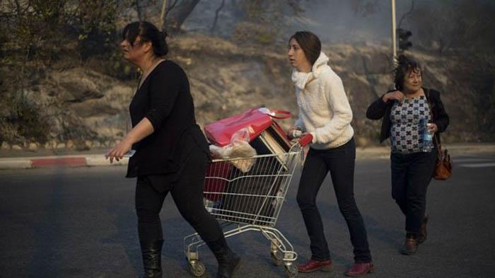 Жители уходят из опасных районов города. Фото: AP.