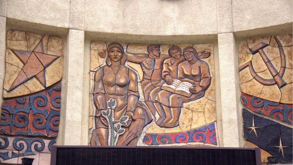 Декоративная мозаика на здании кинотеатра «Ала-Тоо».