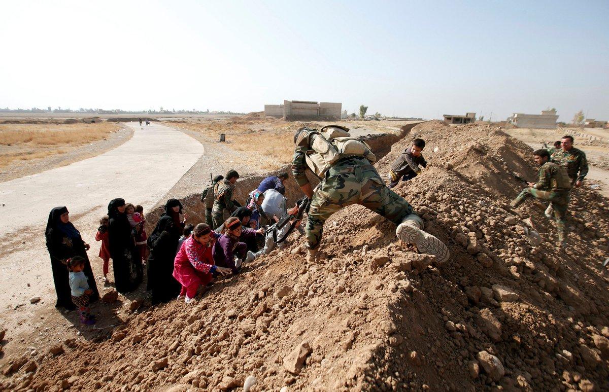 Солдаты отрядов Пешмерга помогают спастись жителям Мосула. Фото: ISIS - liveuamap.