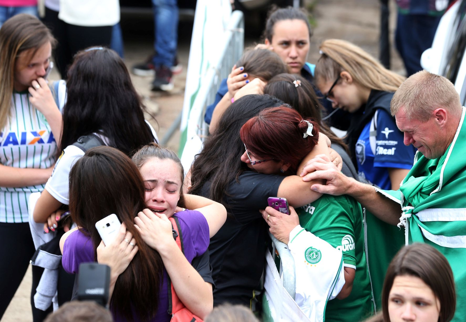 Фанаты бразильской команды скорбят. Фото: Reuters