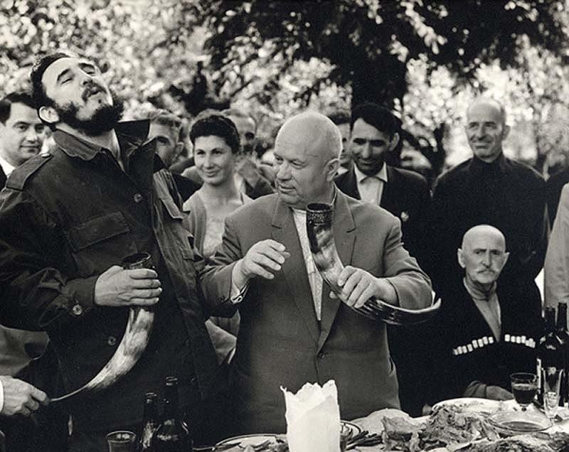 Фидель Кастро и Никита Хрущев пробуют вино в Грузии. Фото: Wikipedia.
