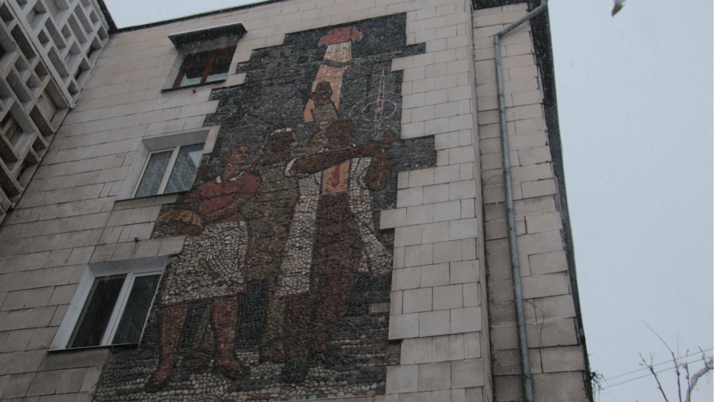 Панно «Труд» находится на улице Исанова, 94. Ее авторы - художники Михаил Бочкарев и Алтымыш Усубалиев.