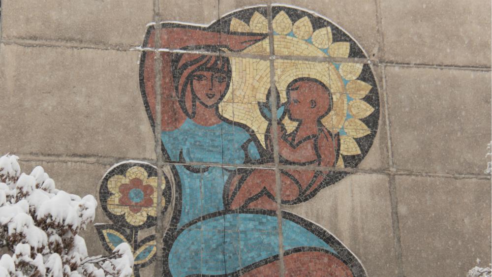 Мозаика на пересечении улиц Фрунзе и Суюнбаева. Автор неизвестен.