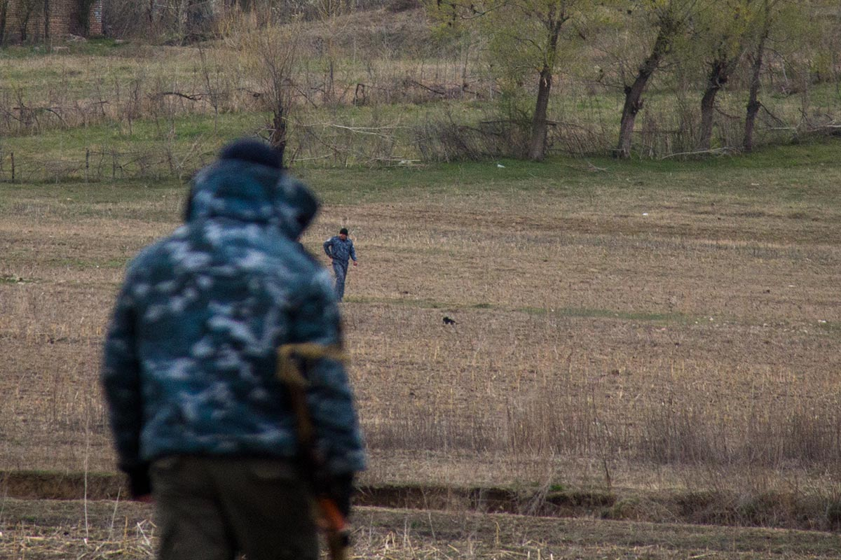 Кыргызские милиционеры переговаривали с узбекскими охранниками через ров, март 2016 года.