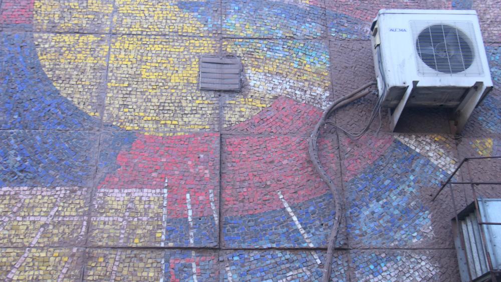Автор мозаики - Момунбек Акматкулов. Расположена она на улице Суюмбаева.